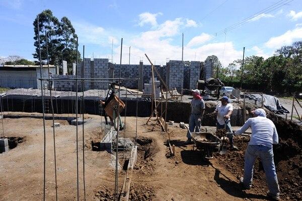 Los cinco cantones con la mayor área de construcción tramitada en el 2013 son Alajuela, San José, Heredia, Santa Ana y Cartago. El tipo de edificación que ocupa el primer lugar es vivienda.   ALONSO TENORIO