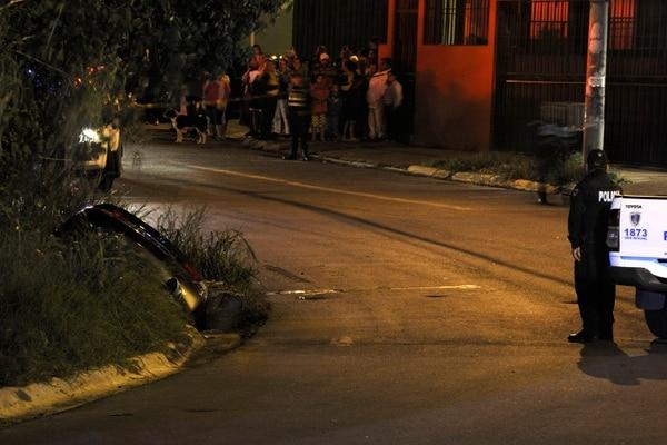 El automóvil Honda en que viajaban las víctimas quedó a la orilla del puente del río Ipis. Foto: Rafael Murillo