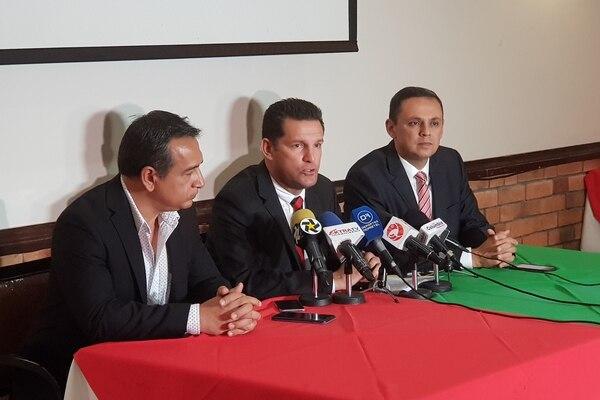 Joseph Ramírez, Javier Delgado y Fernando Ocampo anunciaron que este miércoles saldrán a la venta las entradas para el amistoso del 8 de julio entre Alajuelense y Palmeiras en el Estadio Nacional. Fotografía: Fanny Tayver