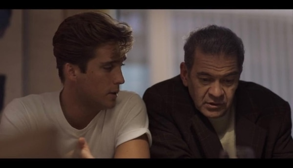 Luis Miguel con su mánager, el argentino Hugo López, en una escena del episodio final de la serie sobre el cantante mexicano.