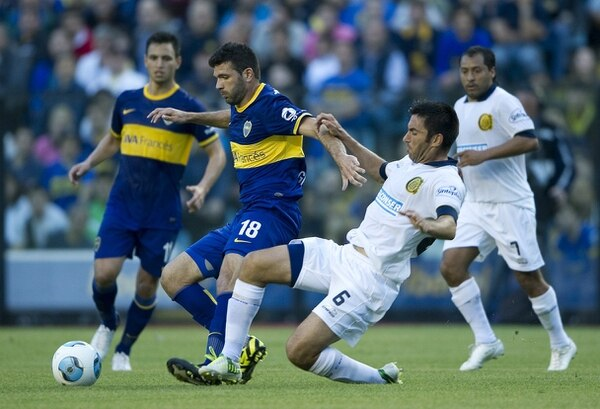 Emmanuel Gigliotti (#18) marcó el gol de Boca Juniors. Aquí cuando era marcador por el defensa de Rosario Central, Franco Peppino.