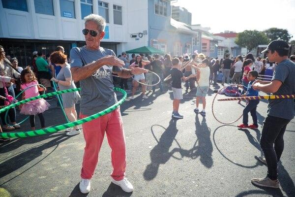 Olman Morales fue parte del público que asistió a la sexta edición de Amor Cultural. Él jugó hula-hula mientras esperaba el inicio del concierto de Malpaís. Fotografía: Jeffrey Zamora.