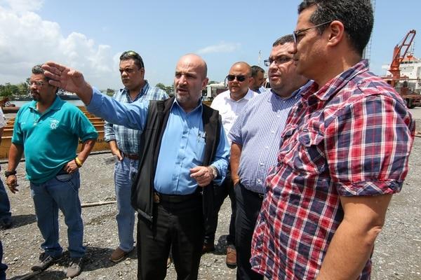 Mariano Figueres (centro) y el viceministro Fernando Rodríguez (camisa de cuadros azules) recorrieron, junto a funcionarios de Japdeva, Aduanas y Hacienda, los patios del muelle de Moín. | JEFFREY ZAMORA