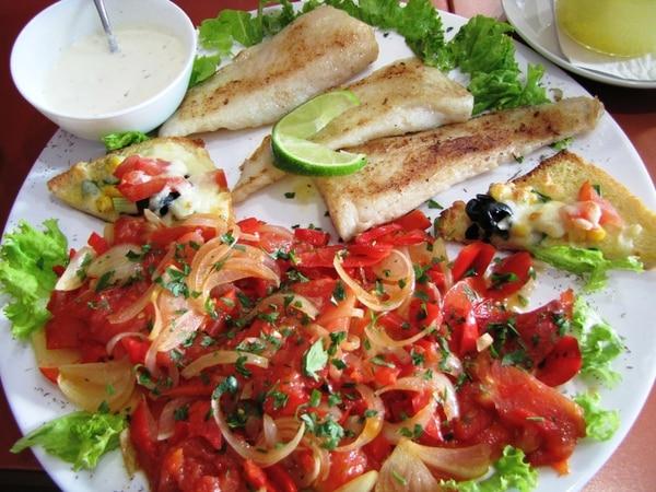 El aceite de oliva, el pescado, los vegetales y las frutas son parte de la llamada dieta mediterránea. Fotografía: Freeimages.com