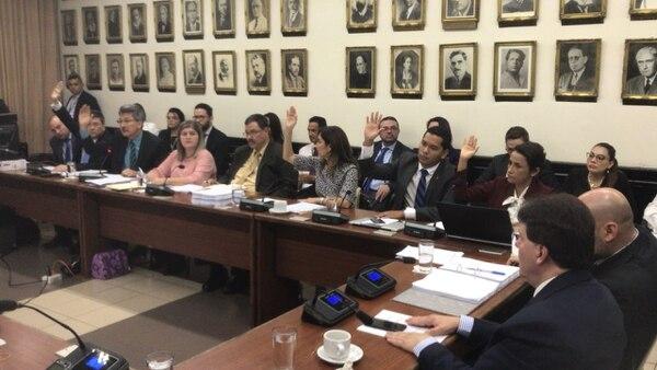 Con las manos levantadas, los diputados Pedro Muñoz (PUSC), Welmer Ramos (PAC), Silvia Hernández (PLN), Gustavo Viales (PLN) y Yorleny León (PLN) en el momento de la votación del texto sustitutivo. Foto: Aarón Sequeira