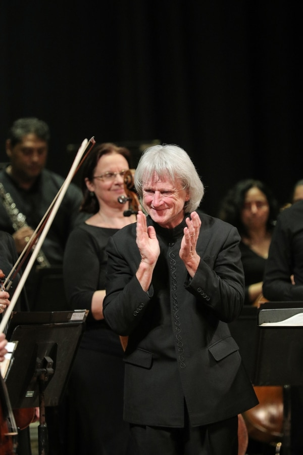 Carl St. Clair regresa a la batura de la orquesta, como su director titular. Foto: Jeffrey Zamora
