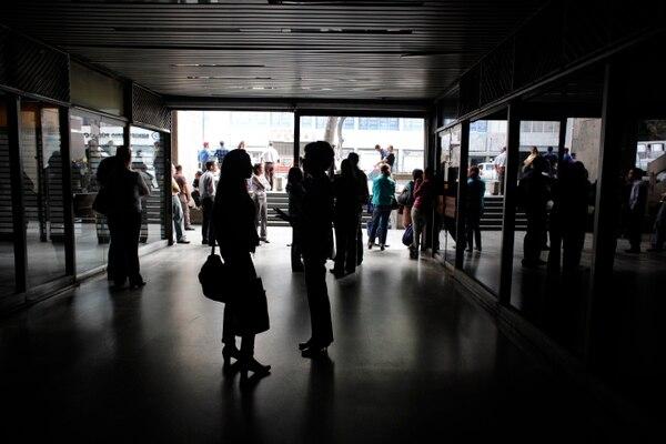 El pasado 31 de julio, en uno de los apagones, empleados esperaban en la entrada principal de un edificio de oficinas, en Caracas, con la ciudad a oscuras. Foto: AP /Ariana Cubillos.
