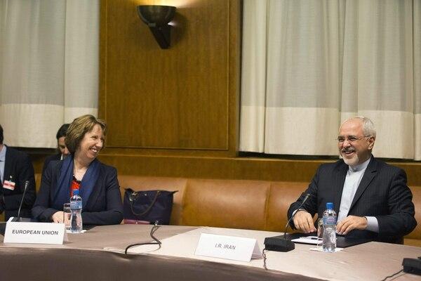 La jefa de la diplomacia de la Unión Europea (UE), Catherine Ashton (izq.), y el ministro iraní de Exteriores, Javad Zarif (der.), durante su encuentro en las oficinas de la ONU en Ginebra (Suiza).