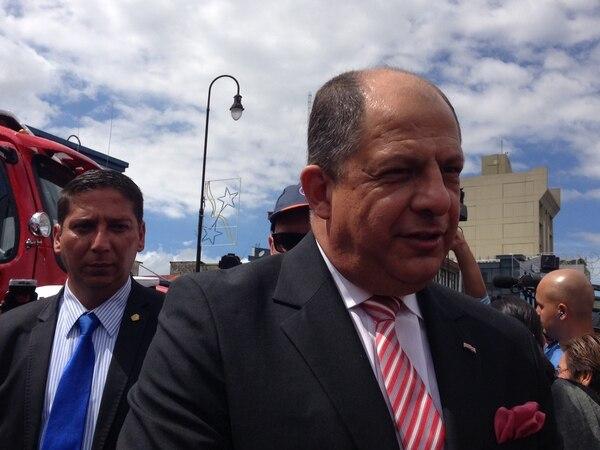 Luis Guillermo Solís hizo un llamado a la calma durante el acto de presentación de nuevas unidades del Cuerpo de Bomberos.