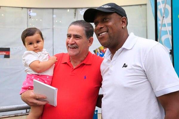 El técnico Hernán Medford estuvo está tarde en una sesión de autógrafos en el Paseo de las Flores, lo que aprovechó Guillermo Víquez y nieta Emilia, para tomarse una fotografía con el estratega florense.