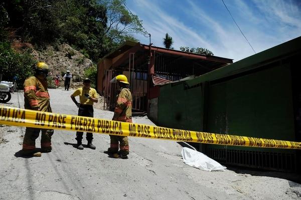 Personal de Bomberos y cruzrojistas atendieron la emergencia donde falleció el adulto mayor.