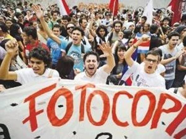 El martes 9 de octubre estudiantes marcharon hasta el Congreso para exigir una solución ante la imposibilidad de fotocopiar textos. | ARCHIVO