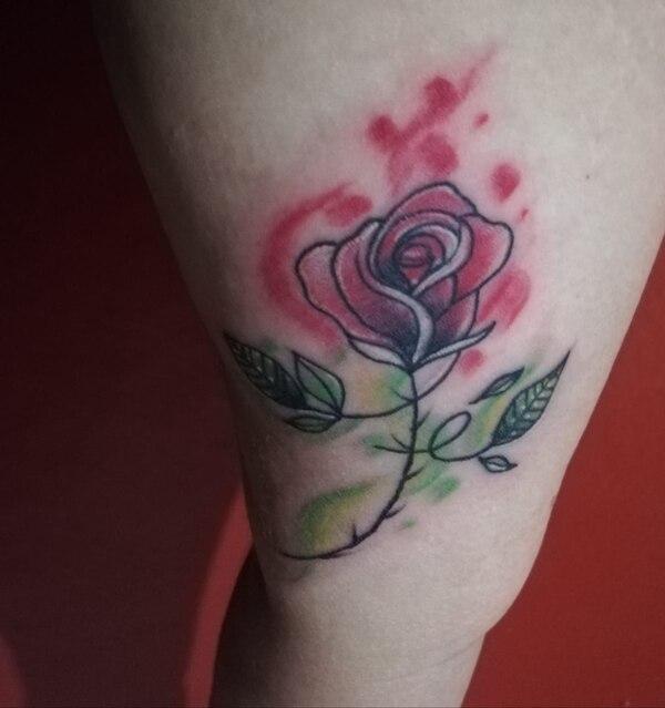 'Nidia', de 39 años, marcó su piel con varios tatuajes para recordar su historia con el cáncer de cérvix. Este es uno de ellos. Foto: Cortesía