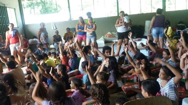 Decenas de personas se protegieron en varios albergues en el cantón de Garabito, Puntarenas. Personal de salud de la CCSS visitó estos lugares.