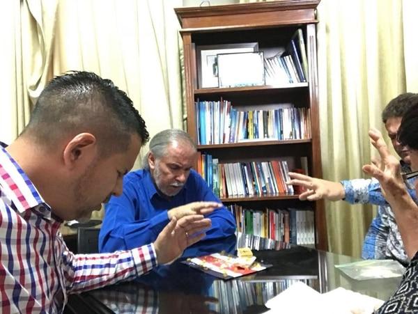 Fabricio Alvarado invitó a Rony Chaves a hacer una oración en su despacho del Congreso el pasado 1.° de enero. Ese día, según Chaves, oraron contra las decisiones que el actual Gobierno ha tomado contra la nación de Israel. DEL FACEBOOK DE RONNY CHAVES
