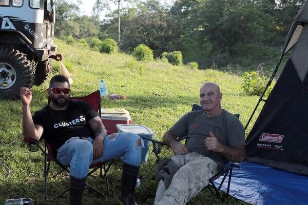 Roy Castro y Gustavo Canales comparten, como los dos viejos amigos que son, anécdotas sobre carreras 4x4 el día previo a la competencia. Foto: Alonso Tenorio
