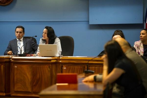 Los jueces Leonardo Pereira Valerín, Carmen María Peraza (ambos en la foto) y Carlos Chaves Solera dictaron este lunes la sentencia. Ellos criticaron la hipótesis que planteó la defensa de que la denunciante (quien ahora tiene 23 años) inventó la historia para vengarse por rencillas entre grupos de porrismo. | LUIS NAVARRO.