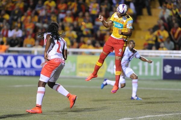 Cristhian Lagos recibe libre de marcas el centro de Dave Myrie para convertirlo de cabeza en el primer gol del juego. Roy Smith no pudo impedirlo. | MARCELA BERTOZZI
