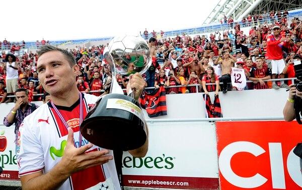 Kenner Gutiérrez levantó la nueva copa ayer.   GRACIELA SOLÍS