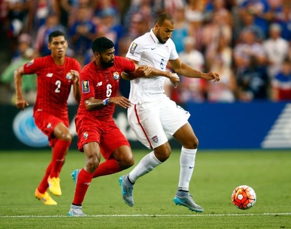 El panameño Gabriel Gómez (izquierda) intentó quitarle la pelota al estadounidense John Brooks ayer en el Sporting Park.   AFP