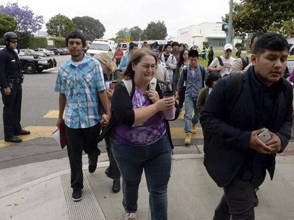 Estas personas evacuan el campus del Santa Mónica College. | EFE