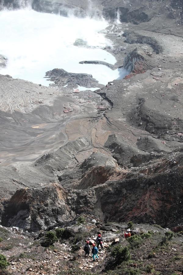 En la parte inferior de esta foto se observan cuatro científicos del Ovsicori quienes este martes iban a tomar muestras de gases cerca de la laguna cratérica del Poás . Fotografia: Graciela Solis