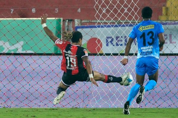 Jonathan McDonald marcó su duodécimo gol del torneo justo en el partido en el que Gustavo Matosas fue a verlo a él. Foto: Rafael Pacheco