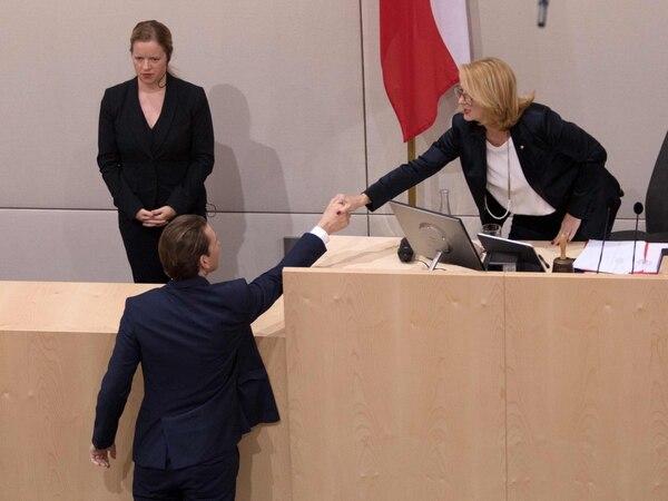 El canciller austriaco, Sebastian Kurz, saludó a la vicepresidenta del Parlamento, Doris Bureas, mientras abandonaba el hemiciclo tras perder la moción de censura, este lunes 27 de mayo del 2019.