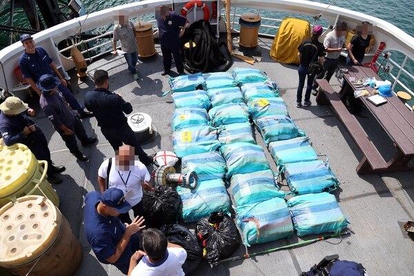 La fragata estadounidense entregó a los pescadores y a la droga en el muelle de Golfito.