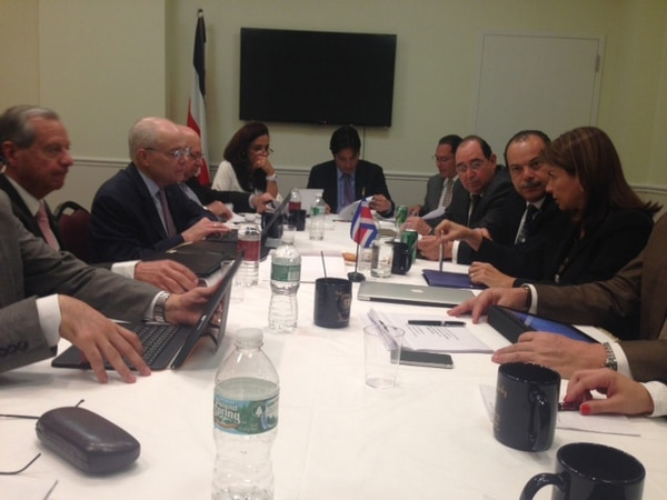 Laura Chinchilla (der.) se reunió con miembros de la misión tica para prepara la estrategia de la visita. | AARÓN SEQUEIRA