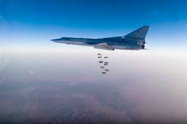 Un bombardero ruso Tu-22M3 arrojaba bombas el domingo sobre un blanco no identificado. La imagen la proveyó el Ministerio de Defensa de Rusia.