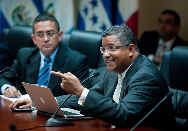El expresidente salvadoreño Francisco Flores comparece ante el Congreso de su país. Flores es investigado por presuntamente desaparecer una donación de $10 millones durante su mandato.