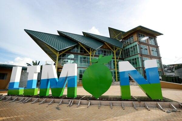 La nueva casa de la municipalidad se ubica en el centro de la ciudad, 100 metros al norte del estadio Juan Gobán.