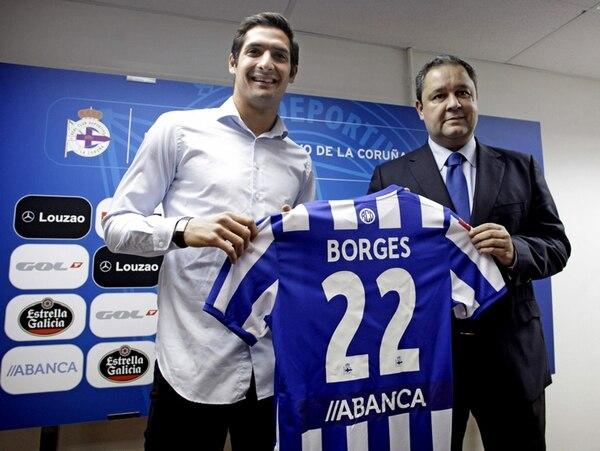 Celso posó con el presidente del Deportivo, Constantino Fernández. Foto: EFE