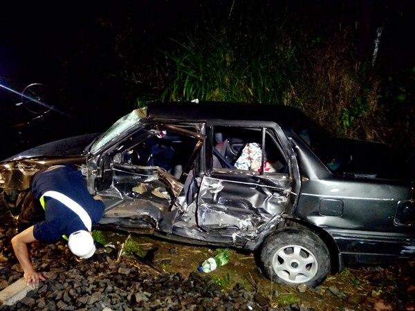 El automóvil fue impactado de lleno al lado del conductor y quedó con cuantiosos daños en la carrocería y otras partes.