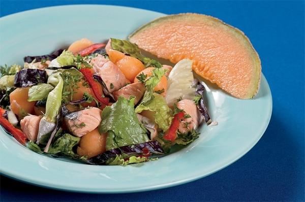 El melón, además de ingrediente, sirve para decorar este platillo.