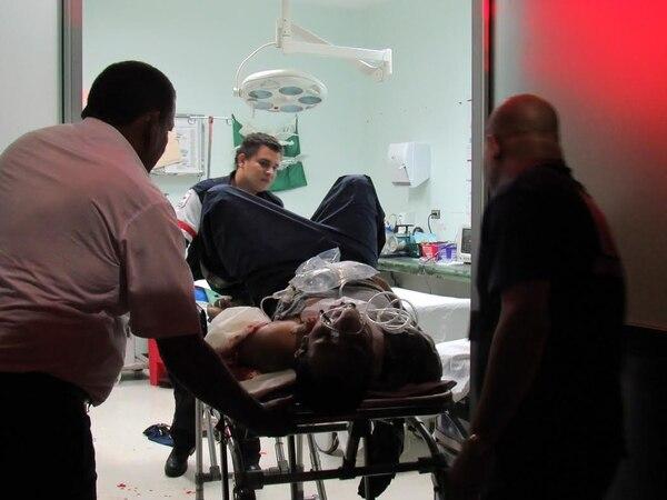 La rápida acción de los socorristas impidió que el hombre se desangrara. Entró muy delicado al Hospital La Anexión, en Nicoya.