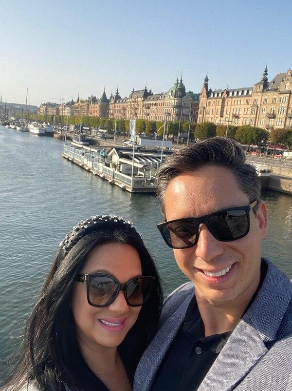 Vanessa Rodríguez Villanueva y su esposo Jeff en Estocolmo, la capital sueca.