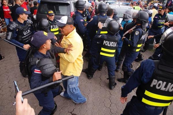 La Fuerza Pública contuvo a los manifestantes, mientras el Presidente salía del Teatro Nacional. Foto: Albert Marín