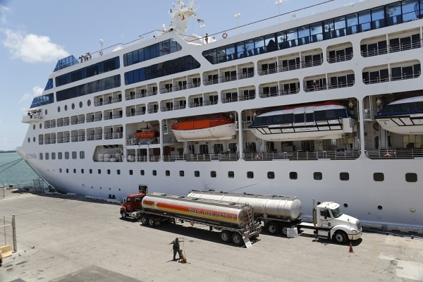 El buque Adonia zarpó esta tarde desde Miami con 700 pasajeros.