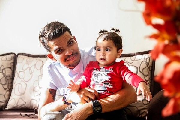 Jefrey Ulate con la pequeña Valentina, de 11 meses. Él seguirá luchando por convertirse en su padrino de bautizo.   ADRIÁN SOTO