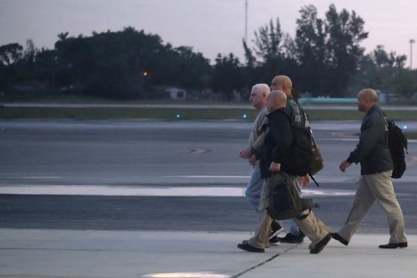 Alguaciles estadounidenses escoltaban al expresidente panameño Ricardo Martinelli hacia el avión que lo llevó a su país, este lunes 11 de junio del 2018