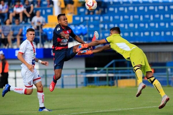 El brumoso Julio Cruz (centro) renovó por un año con Cartaginés. En su primer torneo con los blanquiazules consiguió cinco goles, uno de ellos ante el Santos, en la fecha 22 del Clausura 2019. Fotografía: Rafael Pacheco.