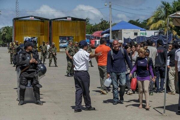 Un grupo de cubanos que en horas de la madrugada salió de Costa Rica hacia Nicaragua de forma ilegal mediante un pago a coyotes, fueron devueltos a territorio costarricense por el Ejército de Nicaragua.