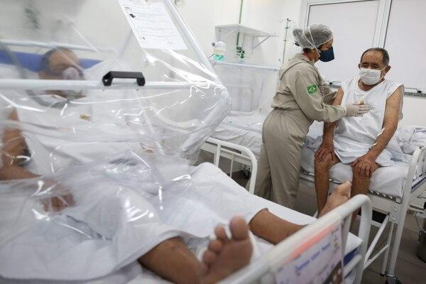 Personal médico atendía a un enfermo de covid-19 en el Hospital Gilberto Novaes, en Manaos, Brasil, el lunes 8 de junio del 2020.