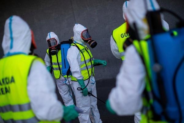 Soldados de la Guardia Real española desinfectan un hospital para evitar la propagación del nuevo coronavirus en Madrid, España, el domingo 29 de marzo del 2020. Foto: AP