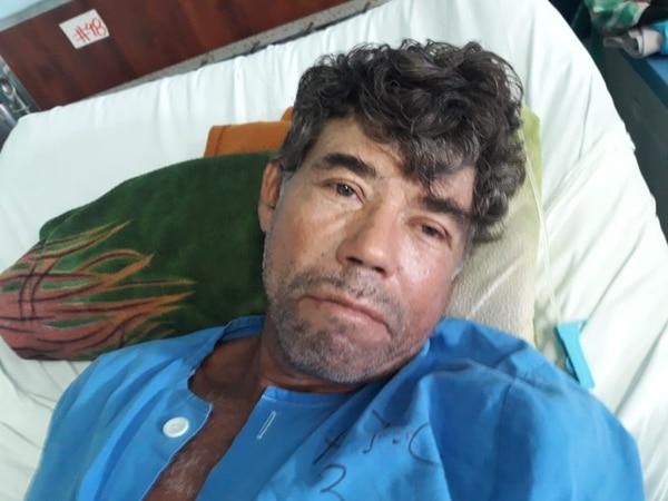 En la cama 48 del Hospital Tomás Casas, Anselmo Cortés se recuperaba del ataque de cocodrilo que sufrió la tarde del martes. Foto: Alfonso Quesada.