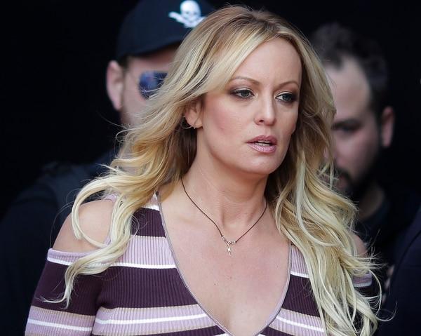 En esta foto de archivo del 11 de octubre de 2018, la actriz de cine para adultos Stormy Daniels llega para la inauguración de la feria de entretenimiento para adultos