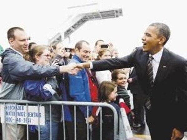 El presidente Barack Obama saluda a seguidores a su llegada ayer al aeropuerto de Swanton, Ohio. | AP