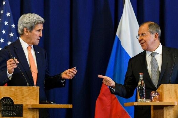El secretario de Estado estadounidense, John Kerry (izq.), y el canciller ruso, Sergei Lavrov, durante una conferencia de prensa después de las reuniones para discutir la crisis de Siria en Ginebra.